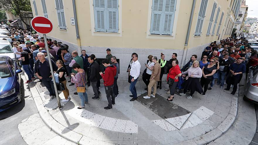 Rabbia, km di coda e voto negato: i rumeni puniscono il governo nel referendum anti-corruzione