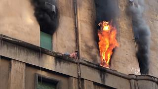 Egy párkányra menekült a tűz elől