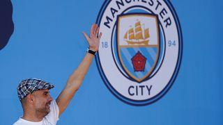 بيب غوارديولا محتفلاً بالإنجاز التاريخي الذي حققه نادي سيتي هذا العام