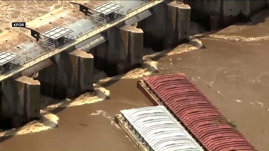 شاهد: قاربان يقعان ضحية فيضان نهر أركنساس في أوكلاهوما الأمريكية