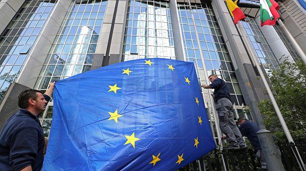 Arbeiter richten EU-Flagge am Parlament in Brüssel