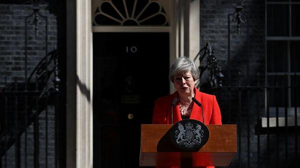 Könnyeivel küzdve mondott le Theresa May brit miniszterelnök
