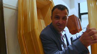 شاهد: عندما يصبح الموت والنعش عنوانا للحملة الانتخابية في اليونان