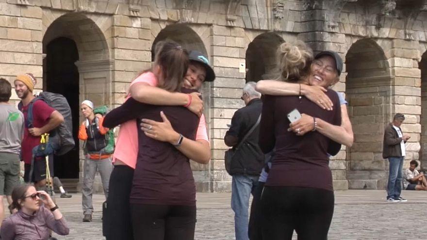 Santiago: Pilger umarmen sich nach der letzten Etappe auf dem Jakobsweg