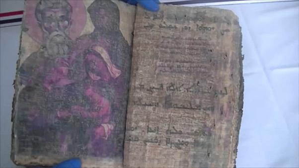 تركيا: القبض على 3 مشتبه بهم حاولوا بيع كتاب تاريخي يعود إلى 1400 سنة