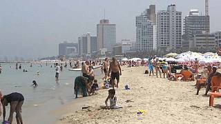 شاهد: موجة حر شديدة تجتاح إسرائيل والسكان يلوذون بالشواطىء