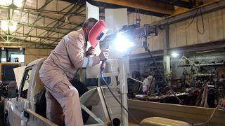 متطوع خلال إصلاحه لسلاح  القوات الحكومية الليبية في مصراتة