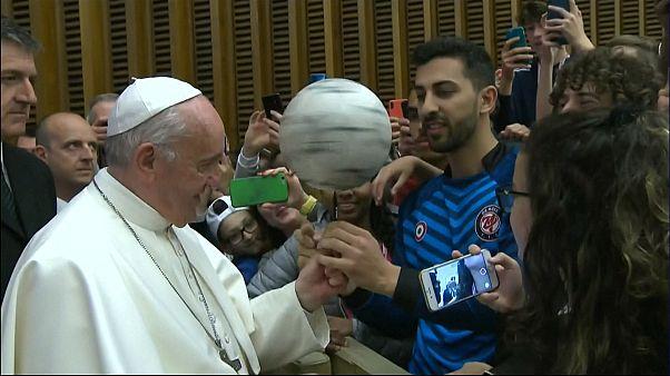 شاهد: البابا فرنسيس يداعب كرة القدم ويبهر الحاضرين بتدويرها ويحث على تعلم قيمها