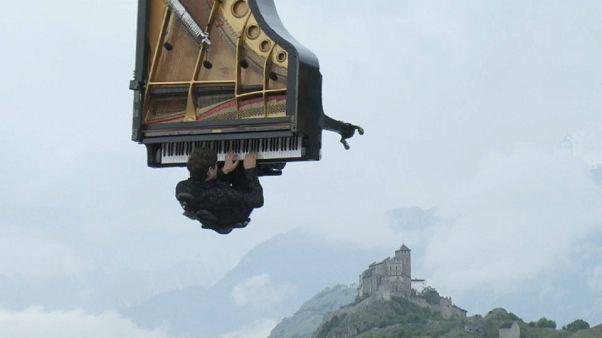 NO COMMENT der Woche: Hängendes Klavier und Verfolgungsjagd