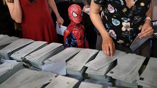 26 مايو/ أيار: طفل متنكر بزي سبايدرمان (الرجل العنكبوت) يقف مع ذويه أمام أوراق تسجيل الأصوات لانتخابات البرلمان الأوربي في العاصمة الإسبانية مدريد.