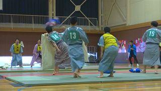شاهد: في اليابان .. طلاب المدارس يتنافسون في بطولة القتال بالوسائد