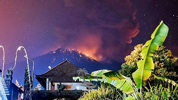 البركان أثناء ثورانه