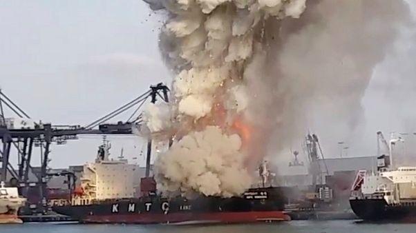 شاهد: حريق مروع بشحنة مواد كيميائية في ميناء تايلاندي