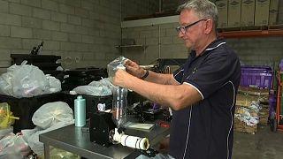 شاهد: مصفف شعر سابق في أستراليا يصنع أطرافاً صناعية من عبوات الشامبو