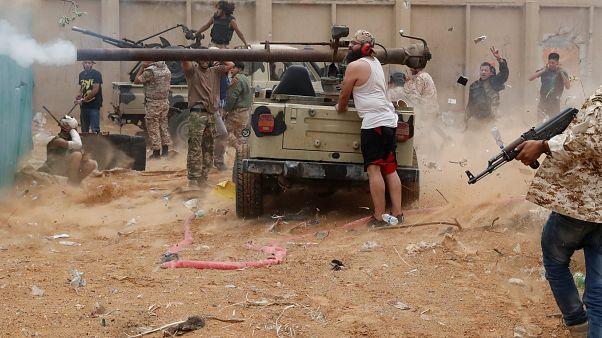 قوات داعمة لحكومة الوفاق الوطني خلال اشتباكها مع قوات حفتر في ضواحي طرابلس