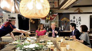 رئيس الوزراء الياباني شينزو آبي وإلى جانبه ترامب أثناء العشاء