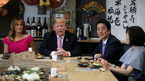 دونالد ترامپ، رئیس جمهوری آمریکا در کنار شینزو آبه، نخست وزیر ژاپن