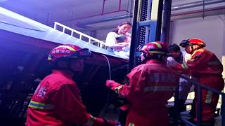 شاهد: انهيار منصة داخل مسرح صيني يتسبب في وفاة طفلة