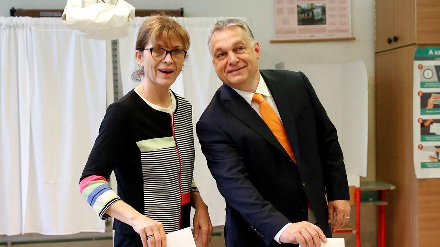 أوربان وزوجته أثناء التصويت