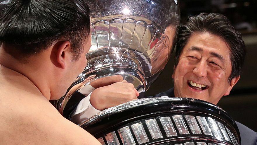 شاهد: شينزو آبي يصارع لتسليم كأس بطولة للسومو في طوكيو