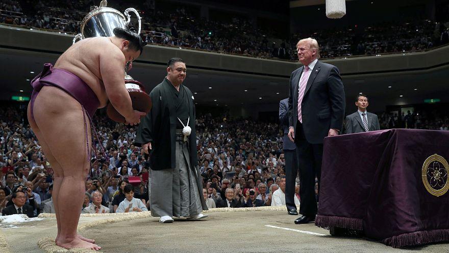 Trump Japánban: burger ebédre, szusi vacsorára