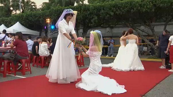 Több száz meleg közös esküvője