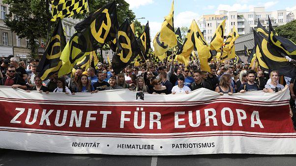 """مسيرة لليمين المتطرف في برلين مكتوب على اللافتة """"مستقبل أوروبا"""""""