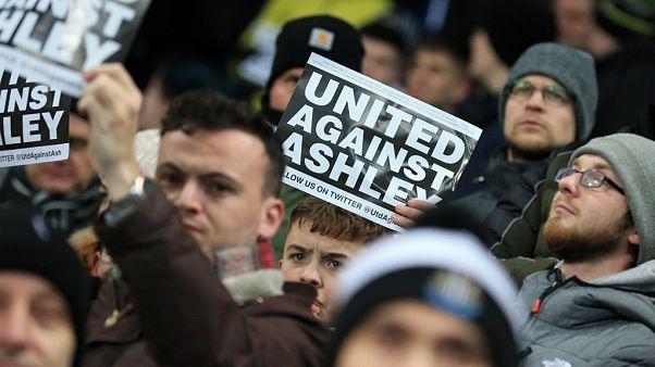 جمهور فريق نيوكاسل يونايتد الأنجليزي يرفع لافتات ضد مالك النادي مايك آشلي