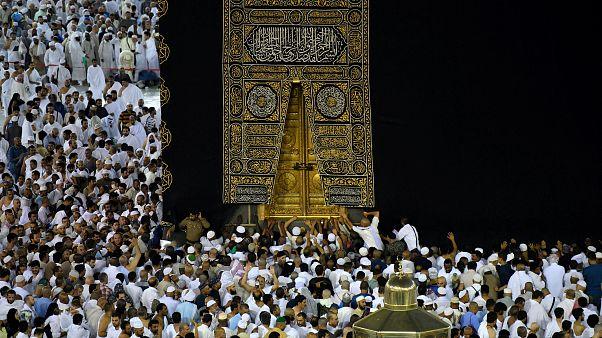 المسلمون يؤدون مناسك العمرة حول الكعبة المشرفة