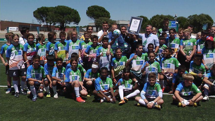 Çocuklar 'Dostluk için Futbol' projesiyle Guinness rekoru kırdı