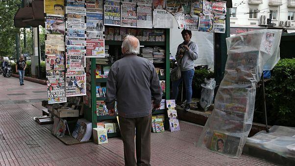 رجل يتصفح جرائد الإثنين بعد ساعات من إعلان نتائج الانتخابات الأوروبية 2019