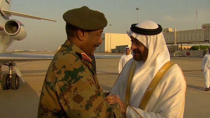 محمد بن وايد مع يستقبل رئيس المجلس العسكري الانتقالي في السودان