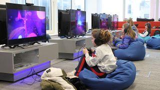 فتيات يتدربن على كيفية تصميم وبرمجة ألعاب الفيديو في ورشة عمل/لندن/بريطانيا