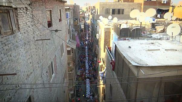 Массовое уличное застолье в Каире
