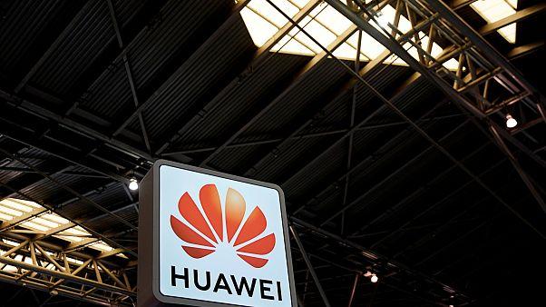 لوغو هواوي في أحد المعارض التجارية في شنغهاي الصينية