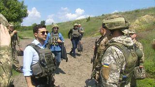 Selenskyj besucht Frontgräben in Ostukraine