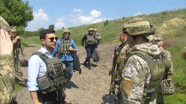 El nuevo presidente de Ucrania visita el frente del este de Ucrania