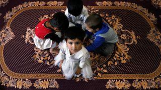 Afgán gyerekek játszanak egy napköziben