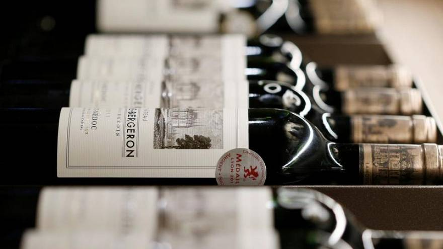 Медведев запретил госучреждениям закупать импортное вино