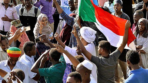 Sudan'da yönetimi sivillere teslim etmeyen orduya baskı için greve gidildi