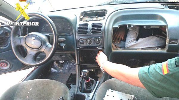 Avrupa'ya girmek isteyen kaçak göçmenler arabanın torpido gözünde yakalandı