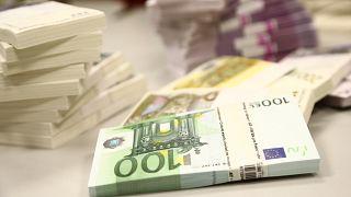 Σε κυκλοφορία τα νέα χαρτονομίσματα των 100 και 200 ευρώ