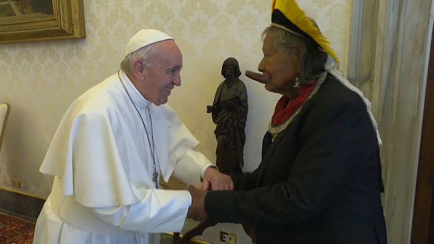 Stammesführer Raoni trifft Papst Franziskus