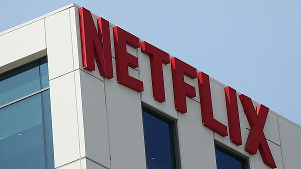 شعار شركة نتفليكس على مكتبها في هوليوود