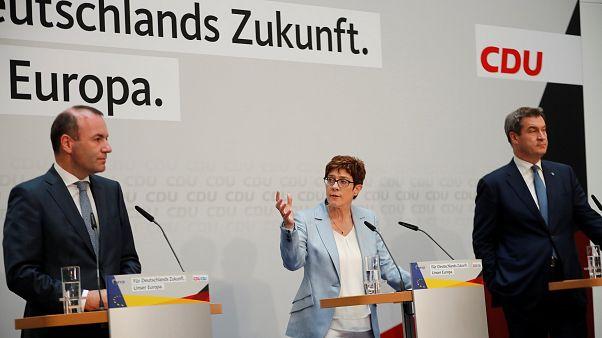 La leader della CDU chiede più limitazioni a internet. Accuse di censura da più parti