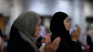 Kabe'de dua eden kadınlar