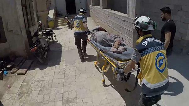 انقاذ مدنيين بعد اصابتهم بالقصف في إدلب