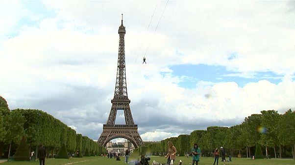 Mit der Seilrutsche vom Eiffelturm