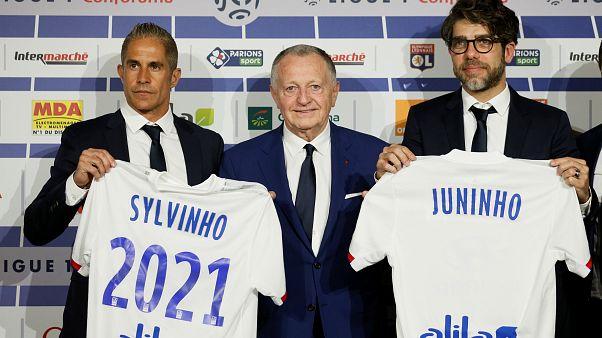 Il nuovo Lione: l'allenatore Sylvinho, il presidente Aulas, il ds Juninho.
