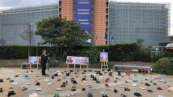 احتجاجاً على الحرب باليمن.. يافطات وأحذية أطفال أمام المفوضية الأوروبية